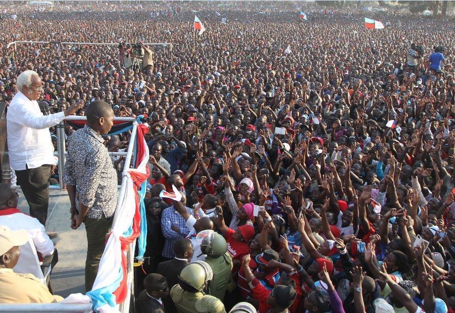 Edward Lowassa speaking to his followers in Tunduma, a town near Tanzania - Zambia border